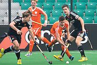NEW DELHI -  Sander de Wijn passeert de Duitsers Wess en Wesley tijdens de kwart finale van  de finaleronde van de Hockey World League tussen de mannen van Nederland en Duitsland . ANP KOEN SUYK
