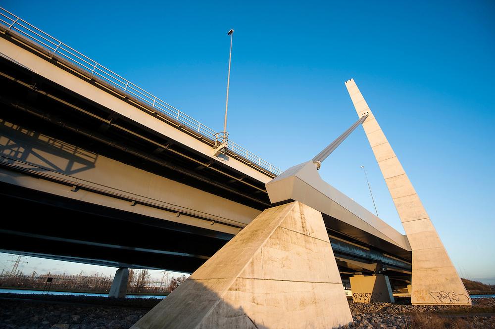 Nederland, Muiden, 2 jan 2014<br /> Brug bij Muiden, A1 gaat over het Amsterdam-Rijnkanaal. <br /> Foto: Michiel Wijnbergh