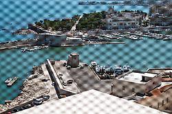 Trani è un comune italiano di 55.842 abitanti capoluogo insieme a Barletta ed Andria, della provincia di BAT (Barletta-Andria-Trani), in Puglia..È nota città d'arte per le bellezze artistiche ed architettoniche. La città è situata sulla costa adriatica 43 km a nord di Bari, ad un'altitudine di 7 metri sul livello del mare. .Riguardo alle sue origini, alcuni ritrovamenti archeologici (tracce di insediamenti abitativi dell'Età del Bronzo a Capo Colonna) attestano le sue origini preistoriche, ma le tracce più concrete arrivano non prima della conquista dei Romani. Dopo la caduta dell'Impero Romano iniziò in Puglia il periodo bizantino, caratterizzato da una pausa di dominazione longobarda e dalle minacce continue provenienti dal mare ad opera dei Saraceni. Fu comunque il Medioevo il periodo d'oro della città. Nel 1042 Trani venne scelta come sede di una delle dodici baronie in cui venne divisa la Contea di Puglia: assegnata al conte Pietro, venne espugnata solo diversi anni dopo. In questo periodo la città godette di un certo grado di autonomia, dovuto al controllo ormai formale da parte dei governatori bizantini e alle lotte di potere tra i diversi rami della famiglia Altavilla. Trani cadde definitivamente sotto il dominio normanno nel 1073, dopo 50 giorni di assedio, per mano di Roberto il Guiscard. Fu in questo periodo, corrispondente alla prima crociata, precisamente nel 1099, che nella città si iniziarono i lavori per la costruzione della cattedrale in onore del santo patrono San Nicola pellegrino, un giovane greco in viaggio verso Roma che morì a Trani, dopo diversi giorni di malattia ed alcuni miracoli, e canonizzato subito dopo a furor di popolo. Già allora aveva grande importanza il porto, che sarà in seguito punto di partenza e di ritorno di diverse crociate..