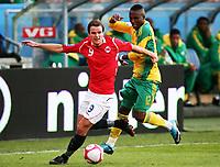 Fotball ,  10. oktober 2009 ,  privatkamp , Norge - Sør-Afrika<br /> <br /> Norway - South-Africa 1-0<br /> <br /> Teko Modise , Sør-Afrika og Henning Hauger , Norge