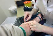 Nederland, Nijmegen, 29-12-2011Bij een patient in een ziekenhuis worden buisjes bloed afgenomen. Zij worden door het CKCL, centraal klinisch chemisch laboratorium, onderzocht.Foto: Flip Franssen