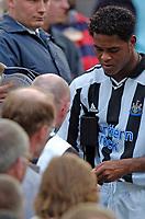 Fotball<br /> Treningskamper England<br /> 01.08.2004<br /> Foto: SBI/Digitalsport<br /> NORWAY ONLY<br /> <br /> Newcastle United v Sporting Lisbon<br /> <br /> Newcastle's Patrick Kluivert signs autographs.