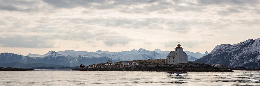 Flåvær is a small group of islets and rocks in Herøyfjord in the municipality Herøy, located in the county Sunnmøre at the west coast of Norway. It includes the island Flåvær, Husholmen, Torvholmen and Varholmen. The archipelago was inhabited until the mid 1980's |<br /> Flåvær er en liten gruppe med holmer og skjær i Herøyfjorden i Herøy på Sunnmøre, og omfatter holmene Flåvær, Husholmen, Torvholmen og Varholmen. Øygruppa var bebodd til midt på 1980 tallet.