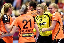 18-12-2015 DEN: World Championships Handball 2015 Poland  - Netherlands, Herning<br /> Halve finale - Nederland staat in de finale door Polen met 30-25 te verslaan / Tess Wester #33, Danick Snelder #10