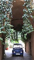 FRANKRIJK - La Cadière-d'Azur - Mehari in een straat  ANP COPYRIGHT KOEN SUYK