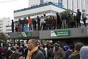 impressionant hommage du peuple Tunisien à Chokri Belaid, bravant le gaz lacrimogène, plus de 40.000 personnes lui rendent un hommage ce 8 fevrier 2013 et manifestent au même moment contre la violence politique en Tunisie et contre Ennard
