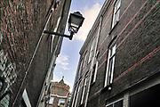 Nederland, Nijmegen, 9-10-2020 De Lange Hezelstraat in de nijmeegse binnenstad. Het is de oudste winkelstraat van de stad . Vanuit een steegje kun je de bovenkant van de historische, middeleeuwse kruittoren in het Kronenburgerpark zien .Foto: ANP/ Hollandse Hoogte/ Flip Franssen