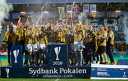 Jublende SønderjyskE-spillere løfter pokalen efter finalen i Sydbank Pokalen mellem AaB og SønderjyskE den 1. juli 2020 i Blue Water Arena, Esbjerg (Foto Claus Birch).