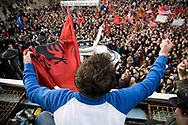 10122007. Prishtina. Fin des pourparlers entre la troïka (USA, UE et Russie), la Serbie et les Albanais du Kosovo sur l'avenir du territoire autonome qui se termine sur un echec après un an et demi de discussions. Plusieurs milliers de personnes manifestent pour réclamer l'indépendance du Kosovo.