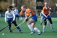 BLOEMENDAAL - Hockey,  hoofdklasse dames, Bloemendaal-Kampong (0-3).   Laurien Boot (Bldaal) met Jutta van Crevel (Kampong) .     COPYRIGHT  KOEN SUYK
