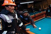 Un grupo de mineros juegan billar en el salón de billar El Dragón en Rinconada.