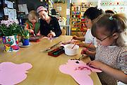 Nederland, Nijmegen, 4-4-2006Leerlingen van peuterspeelzaal de Meiboom bezig met project kriebelbeestenFoto: Flip Franssen, NVF, 024-3238442