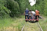 Nederland, Groesbeek, 26-05-2014 Toeristen op een draisine. Op de voormalige spoorlijn van Kranenburg in Duitsland naar  Nijmegen. Op een draisine bweeg je het voertuig over de rails door te trappen.Foto: Flip Franssen/Hollandse Hoogte