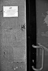 un cartello indica che per usare la toilette è necessario rivolgersi al personale. Reportage che racconta le situazioni che si incontrano durante un viaggio lungo le linee ferroviarie SUD EST nel Salento.