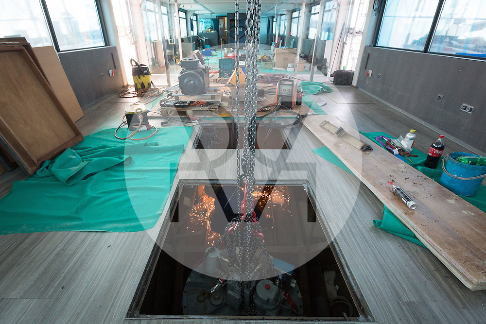SCHWEIZ - MEISTERSCHWANDEN - Das Flaggschiff MS Brestenberg wurde über den Winter aus dem Wasser genommen und Renoviert. Hier wird die Turbine im Bug eingebaut - 10. März 2015 © Raphael Hünerfauth - http://huenerfauth.ch