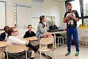 Perspresentatie  Kinderen voor Kinderen familiemusical 'Waanzinnig Gedroomd' op de Nicolaas Maesschool in Amsterdam.<br /> <br /> Op de foto: De cast van de musical Waanzinnig Gedroomd treedt op in de klas van de Nicolaas Maesschool met rechts Steyn de Leeuwe
