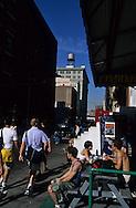 New York,   Brooklyn . DUMBO festival the old docks and factory area. Down under Manhattan bridge overpass. under transformation, new trendy area; during art festival  /  Festival des arts, DUMBO  le quartier des anciens docks et usines de - Down under Manhattan bridge overpass -. en pleine transformation, quartier des artistes. pendant le festival des arts.  Manhattan, New York - Etats unis Brooklyn