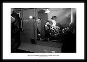 Bill Wyman fra The Rolling Stones avbildet backstage på Adelphi Theatre. De reiste på turne i.Irland i 1965, som var deres første turne til Irland.