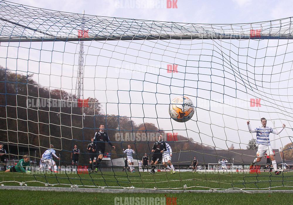 FODBOLD: Thomas Ibsen (FC Helsingør) scorer til 1-0 under kampen i 2. Division Øst mellem FC Helsingør og Herlev den 2. november 2014 på Helsingør Stadion. Foto: Claus Birch