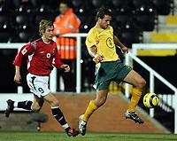 Fotball, 16.november 2004, Privatlandskamp, Norge - Australia ,  Morten Gamst Pedersen, Norge og Lucas Neill, Australia