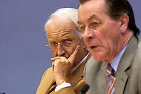 18 DEC 2004, BERLIN/GERMANY:<br /> Edmund Stoiber (L), CSU, Ministerpraesident Bayern, und Franz Muentefering (R), SPD Partei- und Fraktionsvorsitzender, waehrend einer Pressekonferenz zum Scheitern der Foederalismusreform, Bundespressekonferenz<br /> IMAGE: 20041218-01-046<br /> KEYWORDS: Bundesstaatenkommission, Franz Müntefering; Förderalismuskommission, Kommission von Bundestag und Bundesrat zur Modernisierung der bundesstaatlichen Ordnung