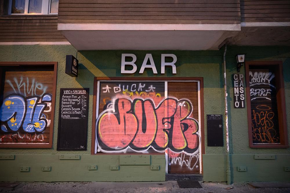 Geschlossene Bar in Berlin Friedrichshain während der Verordnung zum Schutz vor COVID-19 (Coronavirus SARS-CoV-2). Seit dem 23.02.2020 gilt in Berlin ein Kontakverbot und eine Ausgangsbeschränkung, um die Ausbreitung des Coronavirus zu bekämpfen, Bars, Cafes und Restaurants müssen geschlossen bleiben.  <br /> <br /> [© Christian Mang - Veroeffentlichung nur gg. Honorar (zzgl. MwSt.), Urhebervermerk und Beleg. Nur für redaktionelle Nutzung - Publication only with licence fee payment, copyright notice and voucher copy. For editorial use only - No model release. No property release. Kontakt: mail@christianmang.com.]