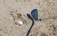 AMSTERDAM   - ingebedde bal  in bunker.  , Golf, regels,    COPYRIGHT KOEN SUYK