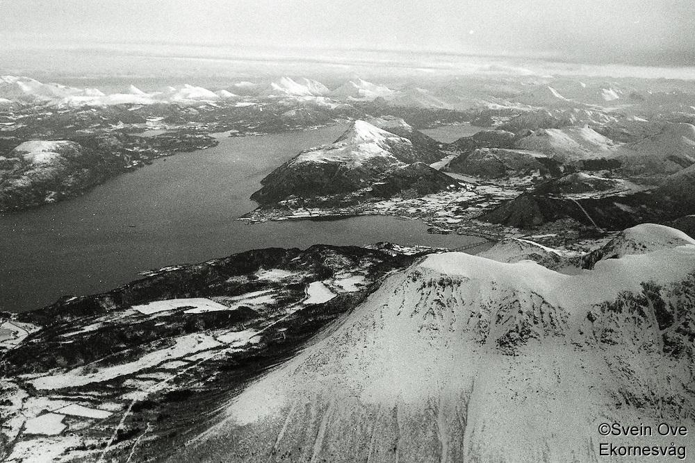 Flyfoto av fjord, fjell og Sunnmørsalpene om vinteren.<br /> Foto: Svein Ove Ekornesvåg