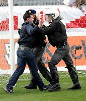 ◊Copyright:<br />GEPA pictures<br />◊Photographer:<br />Norbert Juvan<br />◊Name:<br />Sicherheitskräfte<br />◊Rubric:<br />Sport<br />◊Type:<br />Fussball<br />◊Event:<br />OEFB Stiegl-Cup, SV Mattersburg vs FK Austria Mempis Wien<br />◊Site:<br />Mattersburg, Austria<br />◊Date:<br />10/04/04<br />◊Description:<br />randalierender Austria-Fan, Sicherheitskräfte<br />◊Archive:<br />DCSNJ-1004041309<br />◊RegDate:<br />10.04.2004<br />◊Note:<br />8 MB - KA/KA