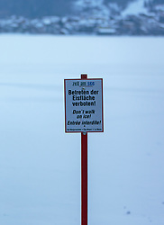 "THEMENBILD - ein Schild ""Betreten der Eisfläche verboten!"" am Ufer des Zeller Sees, aufgenommen am 28. Februar 2018, Zell am See, Österreich // a sign ""Enter the ice surface forbidden!"" on the shores of Lake Zell on 2018/02/28, Zell am See, Austria. EXPA Pictures © 2018, PhotoCredit: EXPA/ Stefanie Oberhauser"