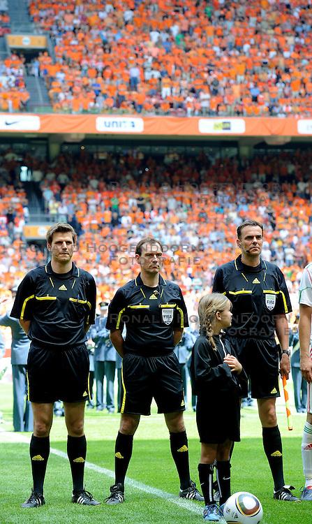05-06-2010 VOETBAL: NEDERLAND - HONGARIJE: AMSTERDAM<br /> Nederland wint met 6-1 van Hongarije / Duits arbitraal trio Frank Willenborg, Florian Mayer en Christopher Bornhorst<br /> ©2010-WWW.FOTOHOOGENDOORN.NL