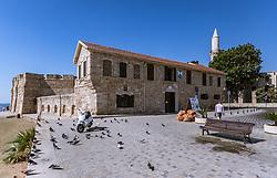 """THEMENBILD - die mittelalterliche Festung und die die Kebir-Moschee (Büyük Camii; """"Die Große Moschee"""") an einem heissen Sommertag, aufgenommen am 16. August 2018 in Larnaka, Zypern // Larnaca Medieval Castle and the Kebir-Buyuk (Great) Mosque on a hot summer Day, Larnaca, Cyprus on 2018/08/16. EXPA Pictures © 2018, PhotoCredit: EXPA/ JFK"""