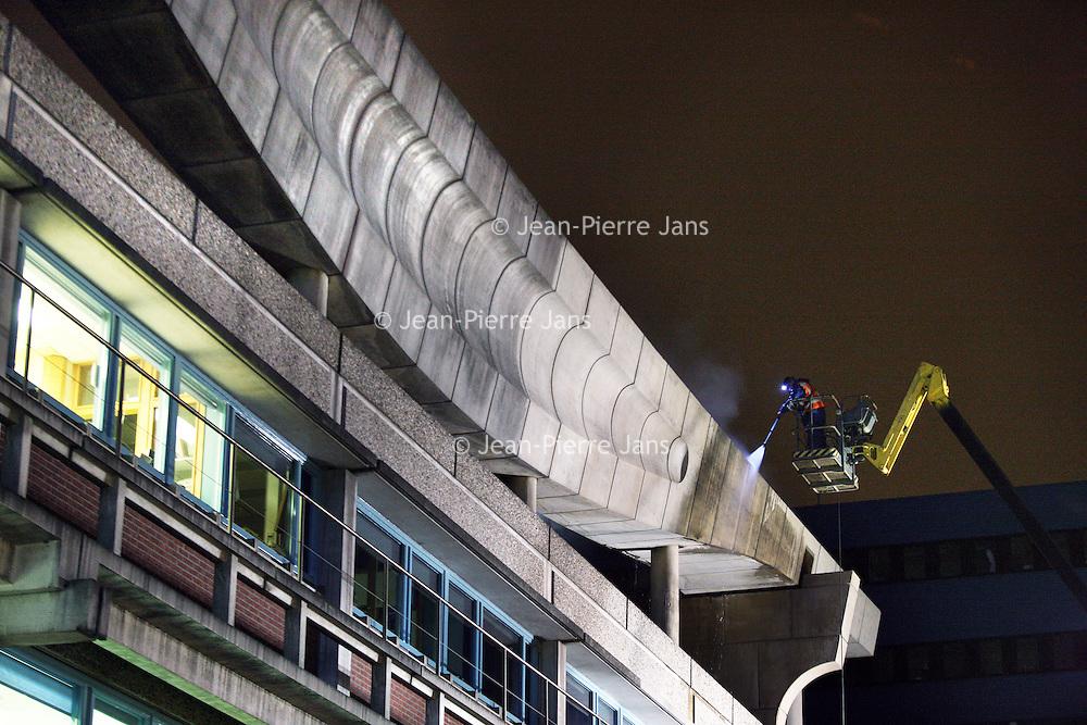 Nederland, Ansterdam , 17 november 2010..Reiniging van het kunstwerk aan de gevel van VUmc..Foto:Jean-Pierre Jans