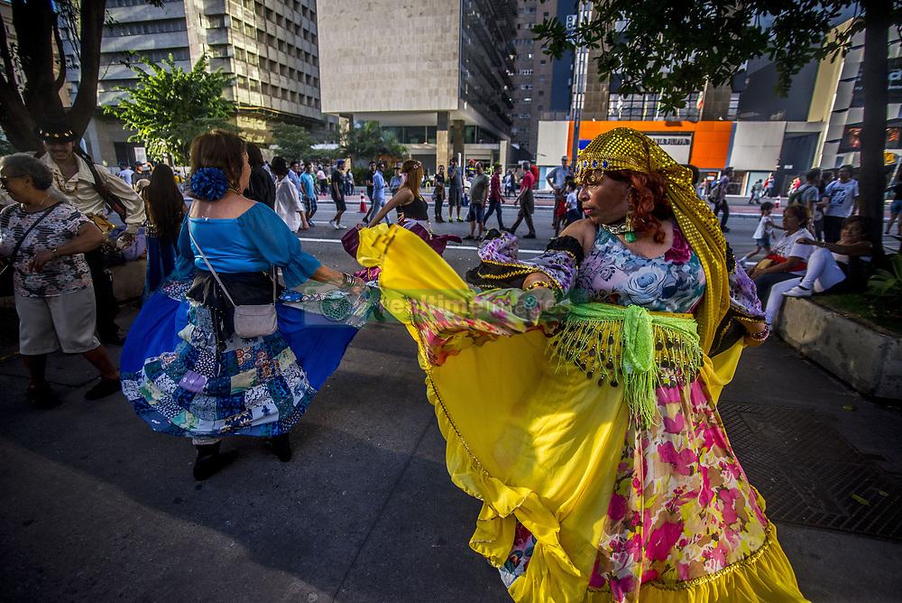 June 4, 2017 - Sao Paulo, Brazil - Gypsies dance on Avenida Paulista on a sunny Sunday afternoon, on June 4, 2017 in Sao Paulo, Brazil. (Credit Image: © Cris Faga/NurPhoto via ZUMA Press)