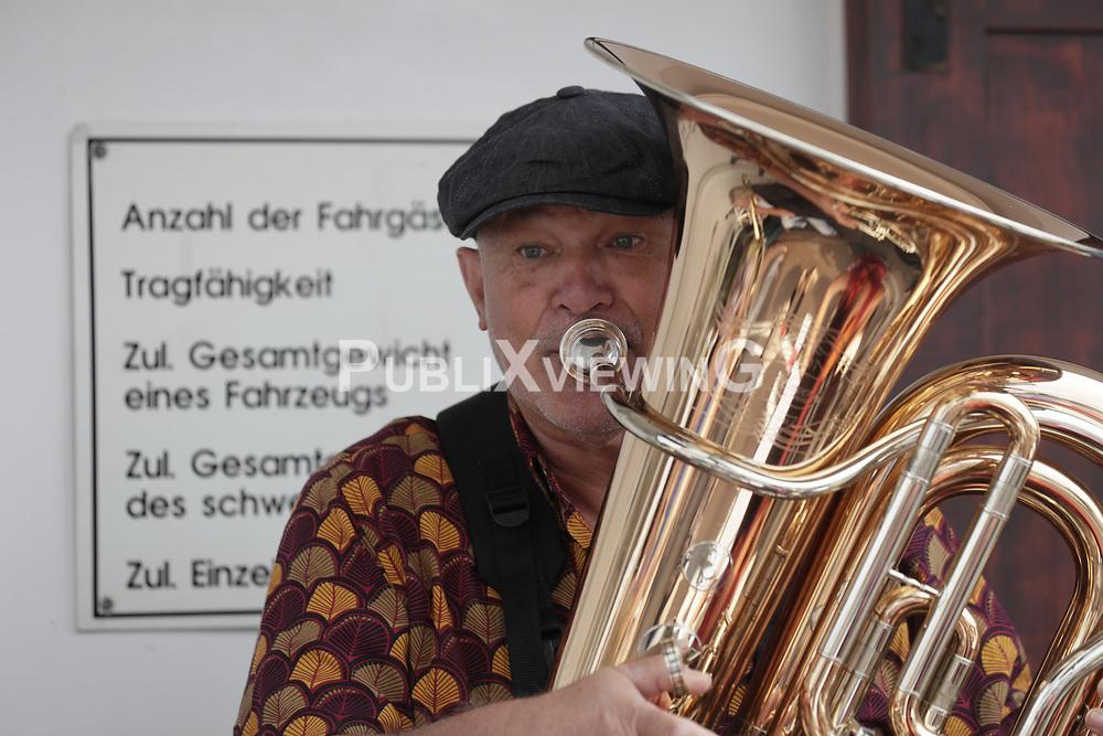 Fotoshooting des Wendland Hippie Ohrkestra auf der Fähre TANJA in Neu Darchau. Im Bild: Wolfgang Becker<br /> <br /> Ort: Neu Darchau<br /> Copyright: Andreas Conradt<br /> Quelle: PubliXviewinG