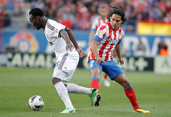 27.04.2013, Estadio Vicente Calderon, Madrid, ESP, Primera Division, Atletico Madrid vs Real Madrid, 33. Runde, im Bild Atletico de Madrid's Radamel Falcao against Real Madrid's Michael Essien // during the Spanish Primera Division 33th round match between Club Atletico de Madrid and Real Madrid CF at the Estadio Vicente Calderon, Madrid, Spain on 2013/04/27. EXPA Pictures © 2013, PhotoCredit: EXPA/ Alterphotos/ Alvaro Hernandez..***** ATTENTION - OUT OF ESP and SUI *****