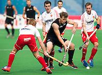 NEW DELHI - Steve Edwards van Nieuw Zeeland  tijdens de derde poulewedstrijd in de finaleronde van de Hockey World League tussen de mannen van Nieuw-Zeeland en Engeland.  rechts Barry Middleton . ANP KOEN SUYK