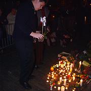 Dood Prins Claus, bloemen en kaarsen bij paleis Huis ten Bosch