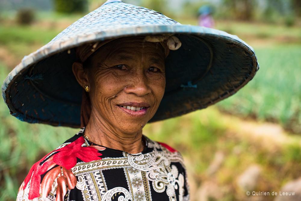 Portret van een vrouw in een sawa rijstveld in het Preanger berggebied, West Java