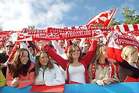 FFK-fans. Tilskuere, publikum, tilhengere, supportere. Flagg og skjerf. Tippeligaen 2004. Fredrikstad - Sogndal 3-3. 16. mai 2004. (Foto: Peter Tubaas/Digitalsport).
