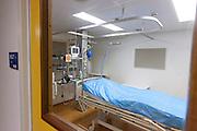 Een isolatiekamer voor patiënten met besmettelijke ziekten in het calamiteitenhospitaal in Utrecht. Met een webcam kan contact worden gemaakt met het thuisfront. Bij het calamiteitenhospitaal in Utrecht worden slachtoffers van grote rampen als eerste behandeld. Afhankelijk van de ernst van de verwonding, wordt het slachtoffer ingedeeld in rood, geel of groen. Het hospitaal is uniek in Europa en is gevestigd in de voormalige atoombunker onder het UMC Utrecht.<br /> <br /> The isolation room, for patients with infectious diseases, at the trauma and emergency hospital. At the basement of the UMC Utrecht a special hospital for emergency and major incidents is based. Patients are being labelled by number and depending on the injuries they will be transported to the zone red, yellow or green.
