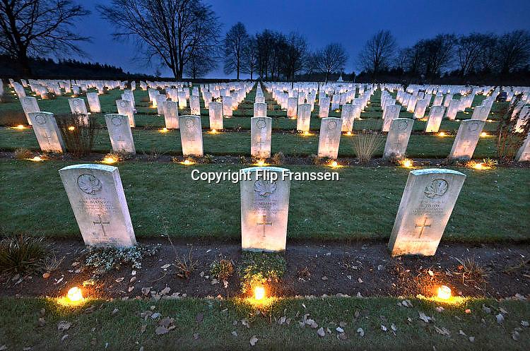 Nederland, Groesbeek, 24-12-2017Kaarsjes zijn op kerstavond geplaatst door lokale vrijwilligers bij de graven van canadese militairen die op het oorlogskerkhof liggen. Er liggen hier 2600 gesneuvelde soldaten uit Canada die tijdens de tweede wereldoorlog hier in de regio gesneuveld zijn.Foto: Flip Franssen