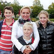 NLD/Kaatsheuvel/20111009 - Premiere Droomvlucht, Marisca van Kolck en kinderen