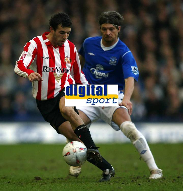Fotball<br /> FA-cup 2005<br /> Everton v Sunderland<br /> 29. januar 2005<br /> Foto: Digitalsport<br /> NORWAY ONLY<br /> Julio Arca of Sunderland is harried by Alessandro Pistone of Everton