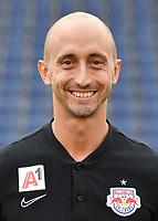 Download von www.picturedesk.com am 16.08.2019 (13:56). <br /> ABD0152_20190717 - SALZBURG - ÖSTERREICH: Physiotherapeut Johannes Stacher beim Mannschafts-Fototerin mit dem tipico Bundesliga Fussball Verein FC Red Bull Salzburg am Mittwoch, 17. Juli 2019, in Salzburg. - FOTO: APA/BARBARA GINDL  _ - 20190717_PD2579