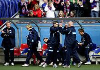 Fotball<br /> 2. divisjon<br /> 30.04.07<br /> Nadderud Stadion<br /> Stabæk 2 - Averøykameratene 5-0<br /> Trener ne Petter Myhre og Harald Aabrekk gratulerer hverandre etter kampen - Sebastian Mila går bort i bakgrunnen - Keepertrener Gjermund Østby applauderer<br /> Foto - Kasper Wikestad