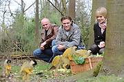 Verjaardag musical Tarzan in de Apenheul .<br /> <br /> Donderdag 27 maart bestaat de legendarische musical Tarzan 1 jaar! Vorig jaar was op deze datum de eerste voorstelling te zien van Tarzan in het Fortis Circustheater in Scheveningen. Dit moet gevierd worden. Om die reden trakteren Chantal Janzen (Jane), Ron Link (Tarzan)en Jeroen Phaff (Korchak) uit de musical Tarzan, alle apen in Nederland de komende week op 'apengebak'! <br /> <br /> Op de foto: Chantal Janzen, Ron Link en  Jeroen Phaff bij de grote groep loslopende doodshoofdaapjes in Apenheul