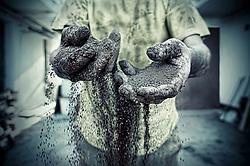 Polvere d'argilla durante il setaccio