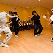 Nederland Rotterdam 23 november 2007 ..WK Streetdancers uit Charlois ontvangen een presentje (van dagelijks bestuurder Lionel Martijn deelgemeente Charlois)  tijdens training voor hun goede prestaties op het WK streetdancen. De streetdancegroep S-Tripple-T is tweede geworden tijdens het WK Streetdance in Belgrado , 18, 19 en 20 oktober, in de categorie 10-13 jaar....,,Echt te gek, iedereen was zo goed dat we helemaal niet verwacht hadden dat we tweede zouden worden!'', lacht Aminata Koné (13) van S-Tripple-T. De meiden waren in april Nederlands Kampioen geworden en mochten nu hun kunsten in Roemenië vertonen. ..Aminata kon het bijna niet geloven. ,,Toen de score verscheen, moesten we huilen. Sommigen eerst van teleurstelling dat we geen eerste waren, maar daarna natuurlijk van blijdschap. En de meisjes uit Tilburg, die eerste werden, gunnen we het van harte. Ze zijn echt goed.''..Foto David Rozing