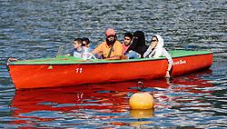 THEMENBILD - eine Arabische Familie mit Kindern in einem Motorboot am Zeller See. Jedes Jahr besuchen mehrere Tausend Gäste aus dem arabischen Raum die Urlaubsregion im Salzburger Pinzgau, aufgenommen am 06.August 2015 in Zell am See, Österreich // an Arab family with childs in a motor boat on Lake Zell. Every year thousands of guests from Arab countries takes their holiday in Zell am See - Kaprun Region, Zell am See, Austria on 2015/08/06. EXPA Pictures © 2015, PhotoCredit: EXPA/ JFK